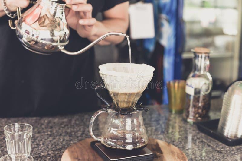 Gotee el café, agua de colada del barista en poso con el filtro foto de archivo libre de regalías