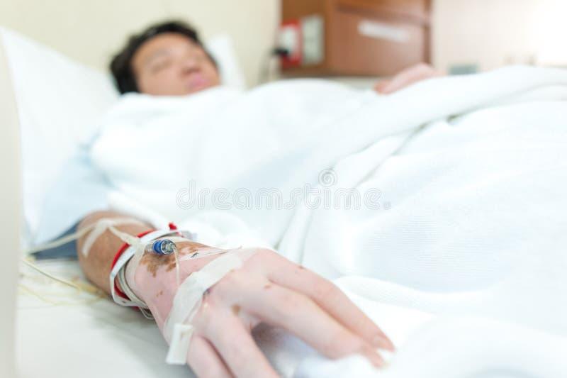 Gotejamento à mão do &saline do foco seletivo - o paciente admite no hospital imagens de stock