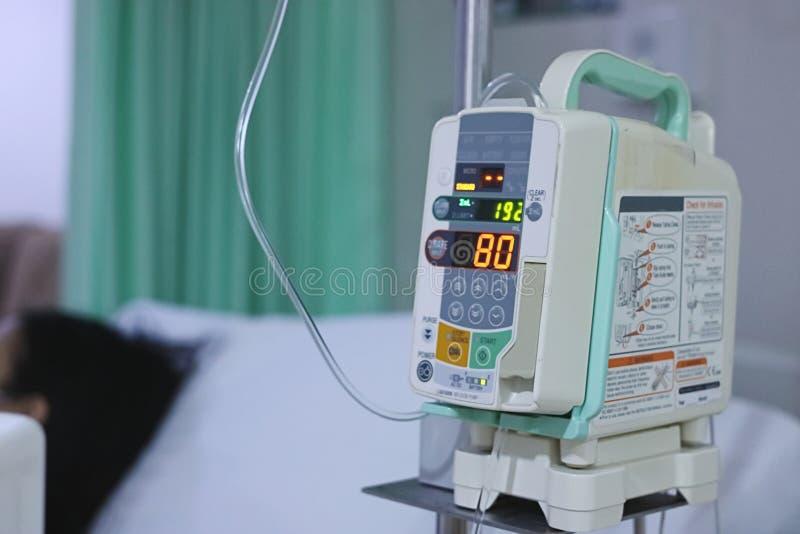 Gotejamento do intravenous IV da bomba da infusão no hospital com fundo do espaço da cópia foto de stock royalty free