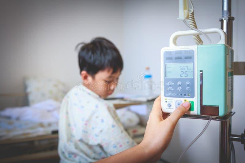 Gotejamento regulamentar do intravenous IV da bomba da infusão das mãos da enfermeira Vign foto de stock
