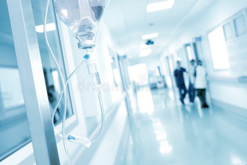 Goteje no grupo do fundo de doutores no corredor do hospital fotos de stock