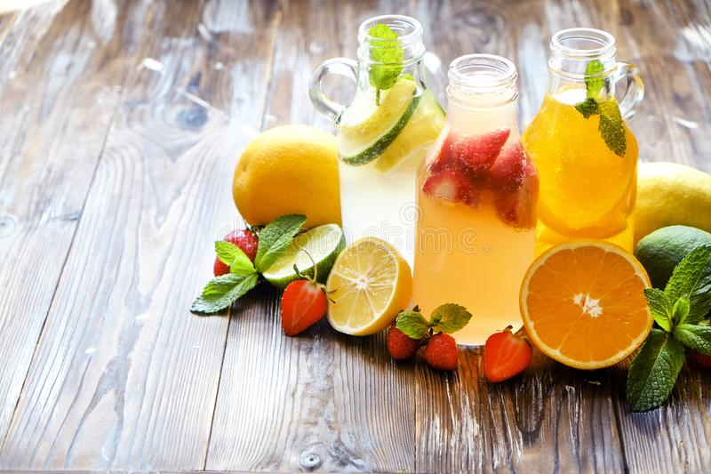 Goten de de zomer gezonde niet alcoholische cocktails, citrusvrucht waterdranken, limonades met kalkcitroen of sinaasappel, dieet stock afbeeldingen