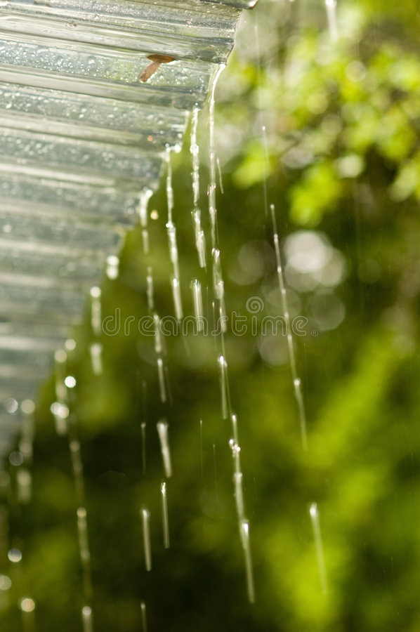 Goteo de la lluvia de la azotea fotos de archivo