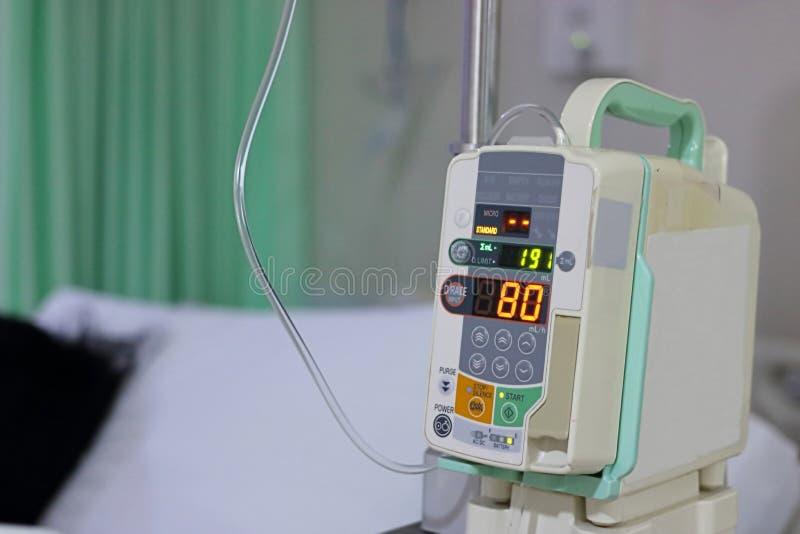 Goteo del intravenoso IV de la bomba de la infusión en el hospital fotos de archivo