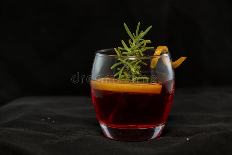 Gotfather-Cocktail mit Bourbonwhisky, amaretto, orange Keil und Rosmarin lizenzfreies stockfoto