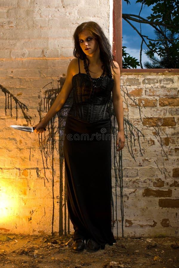 goth κοντά στη γυναίκα παραθύρ& στοκ φωτογραφίες