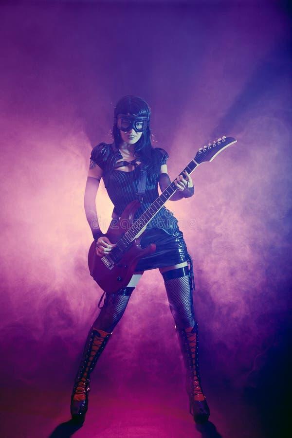 Goth flicka i gogglesspelrumgitarr arkivfoto