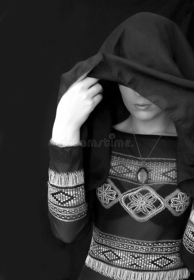 Goth Frau unter schwarzem Schal lizenzfreie stockbilder