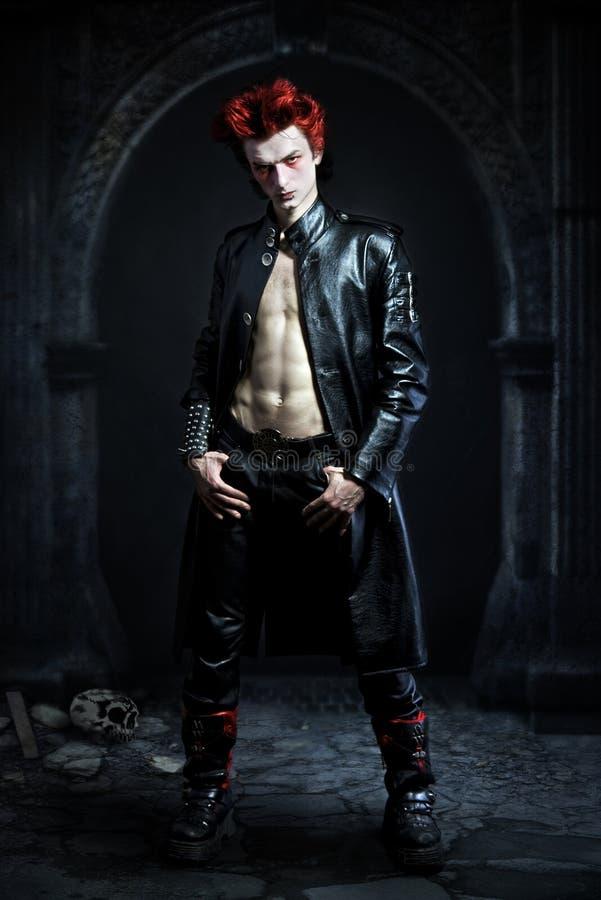 Goth novo com um cabelo vermelho fotos de stock royalty free
