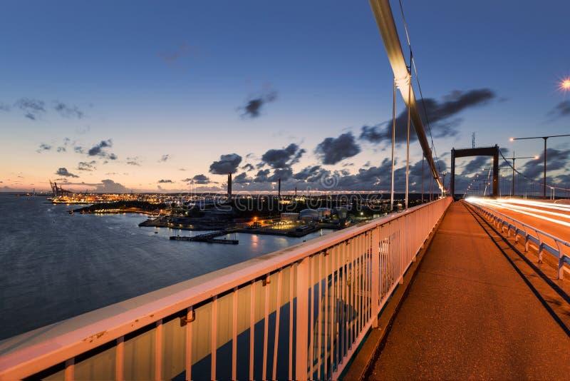 """Gothenburg-Hafen mit Ã-""""lvsborgsbron während des Sonnenuntergangs stockfotos"""