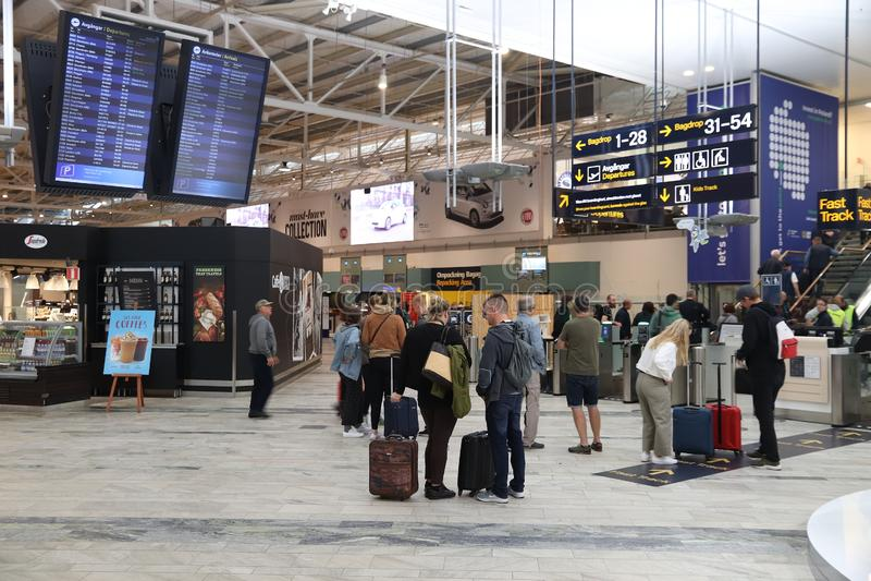 GOTHENBURG, ZWEDEN - AUGUSTUS 28, 2018: De passagiers bezoeken de luchthaven van Gothenburg Landvetter in Zweden Het is binnen de royalty-vrije stock afbeeldingen