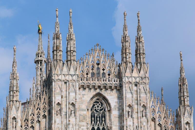 Gotico italiano - guglie della cattedrale di Milano fotografie stock