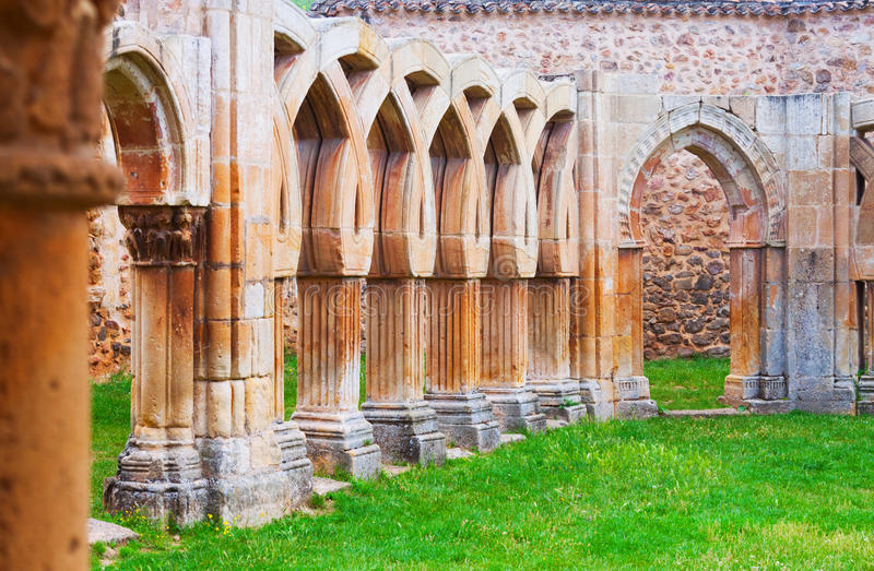 Gotisch geruïneerd klooster van Klooster stock fotografie