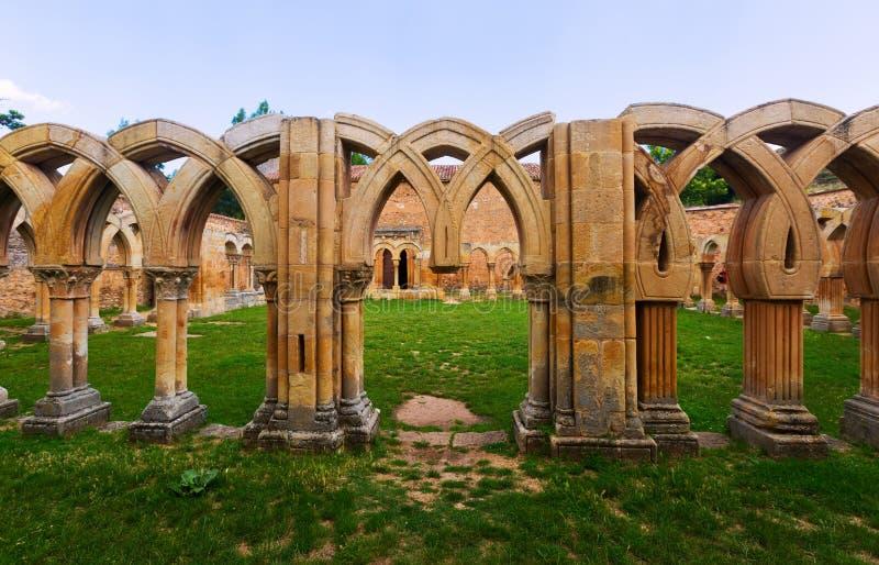 Gotisch geruïneerd klooster van San Juan de Duero Monastery stock foto's