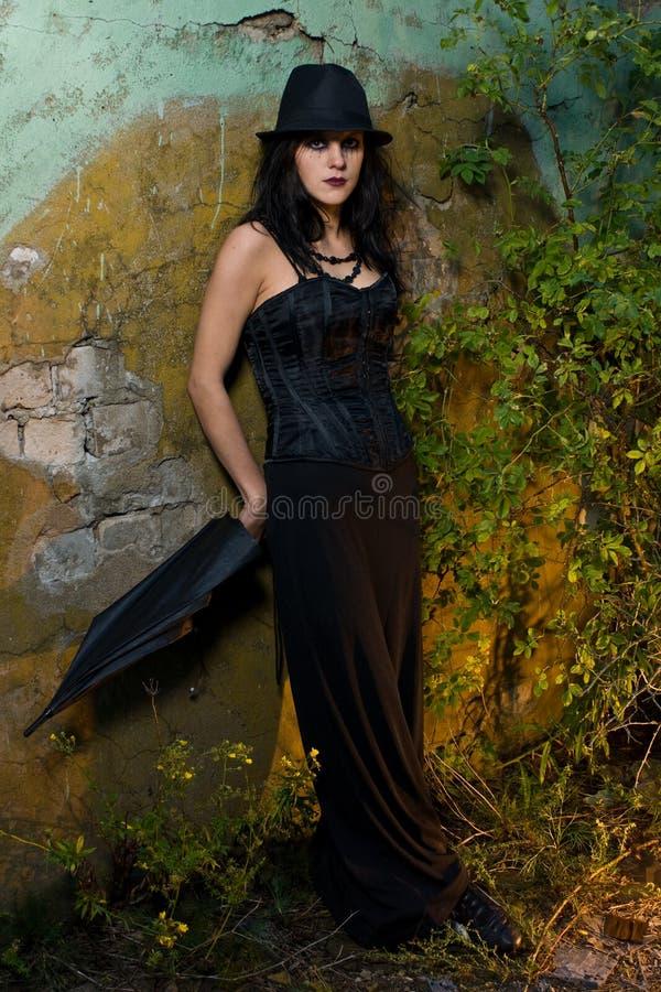 Gotisch Meisje buiten royalty-vrije stock afbeelding