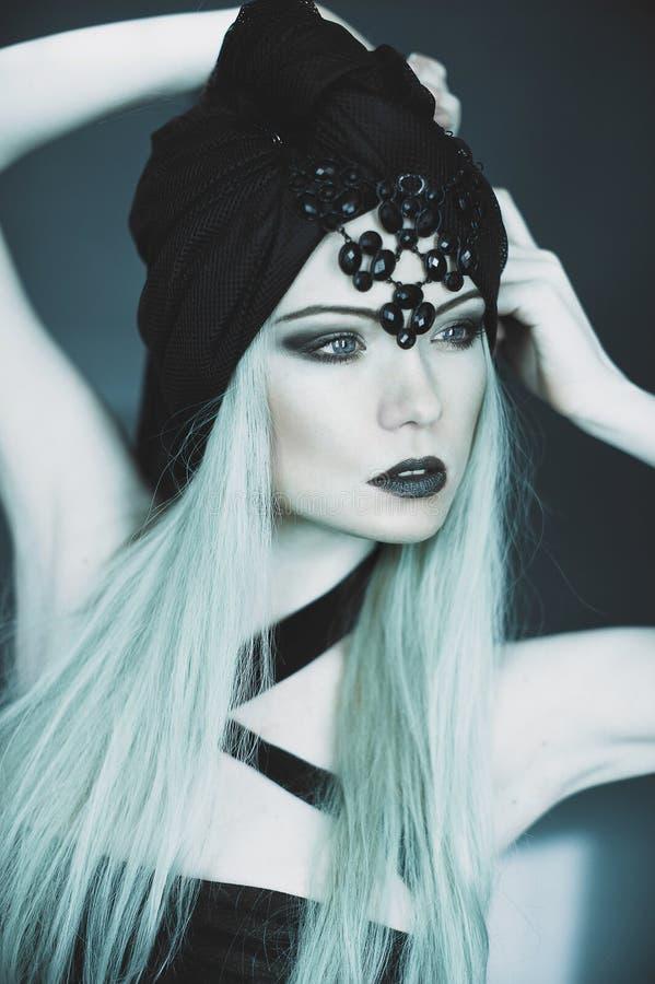 Gotisch meisje met vissen hoofd, emotioneel portret stock afbeeldingen