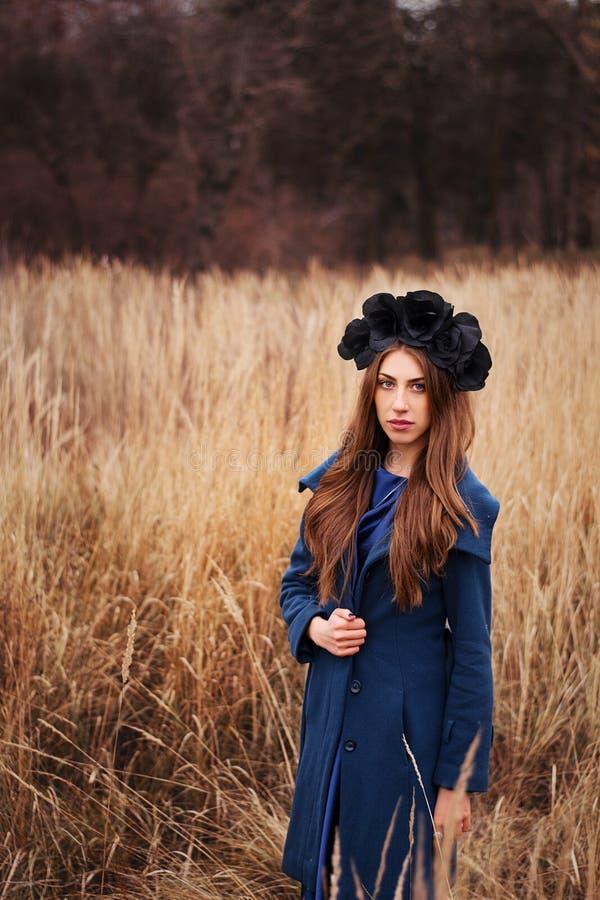 Gotisch meisje op het gebied royalty-vrije stock foto's