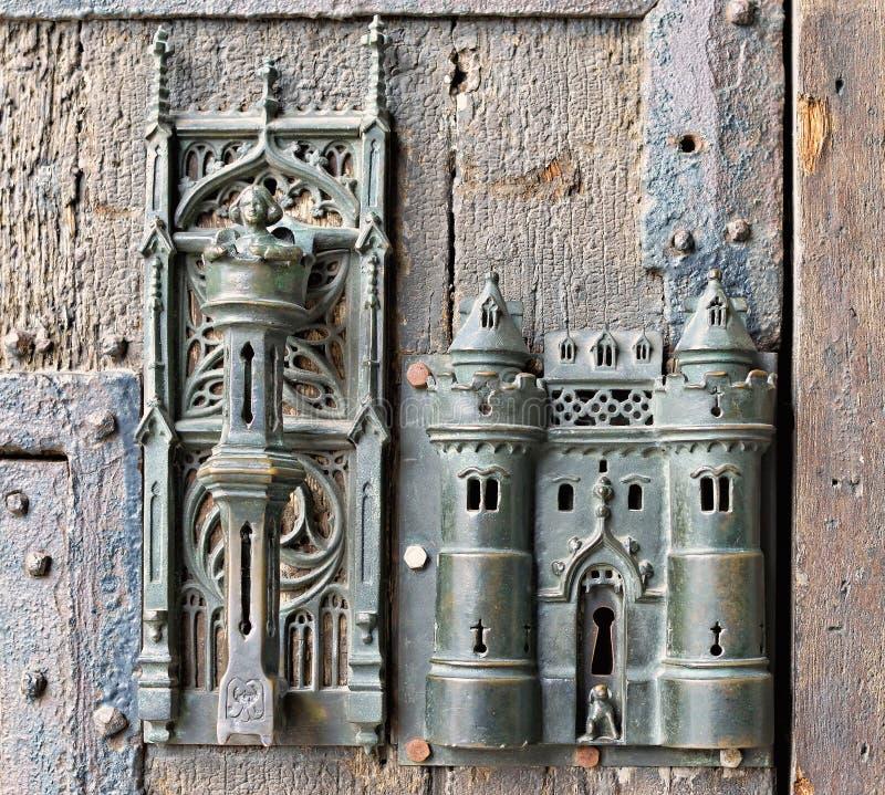 Gotisch slot op middeleeuwse deur stock foto's