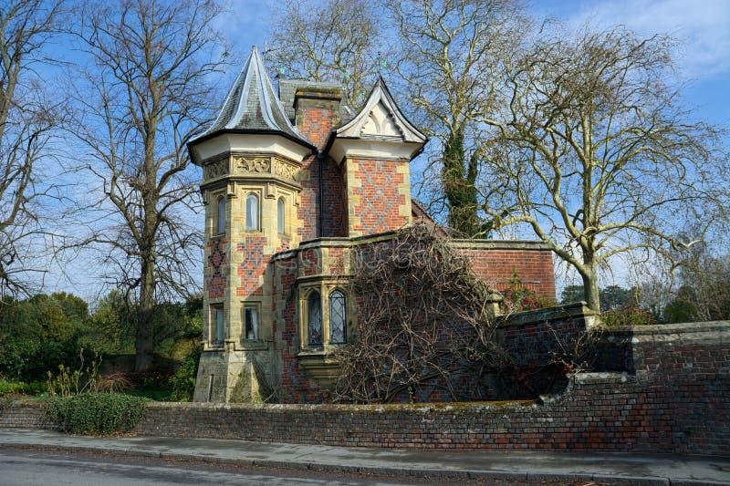 Gotisch stijlhuis met torentje royalty-vrije stock afbeelding