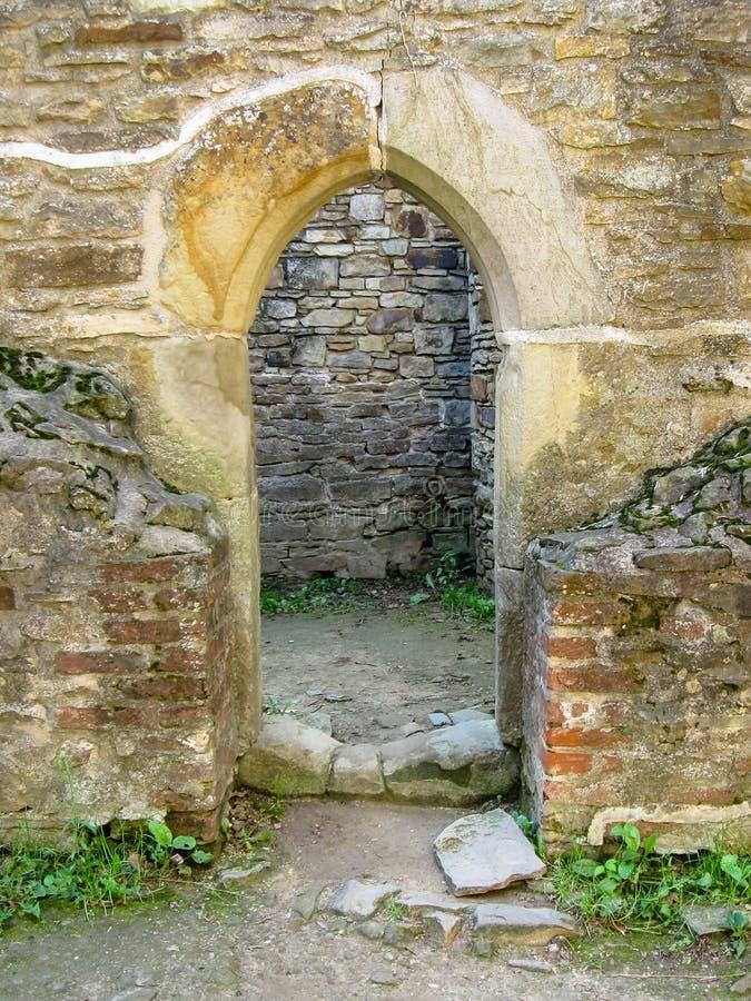 Gotisch stijlportaal tussen steenmuren en baksteen royalty-vrije stock afbeelding