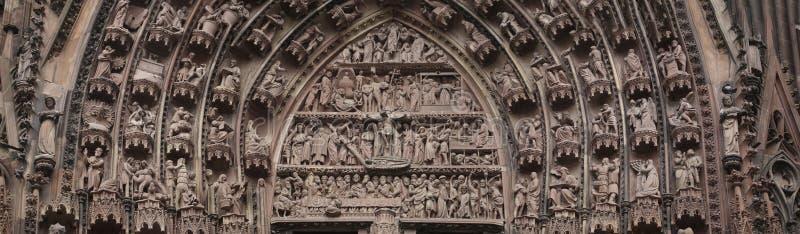 Gotische beeldhouwwerken op het buitenportaal van de Kathedraal stock fotografie