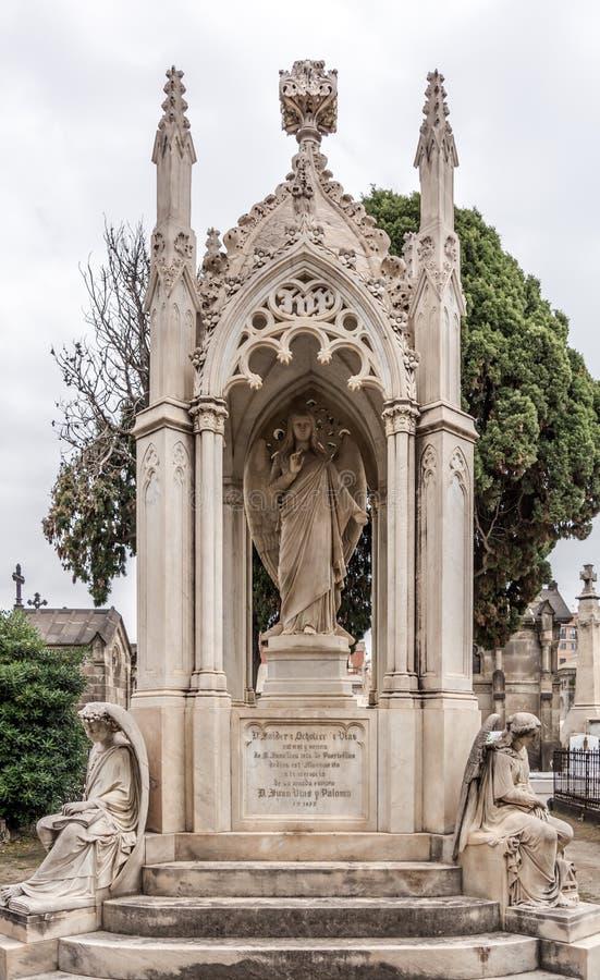 Gotische beeldhouwwerken in Poblenou-Begraafplaats stock afbeeldingen