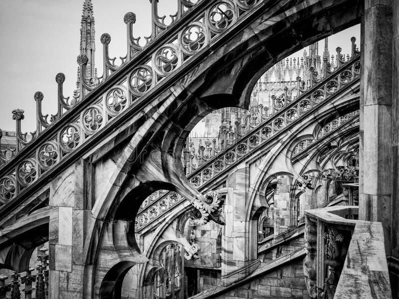 Gotische bogen van Duomo-Di Milaan in zwarte stock foto