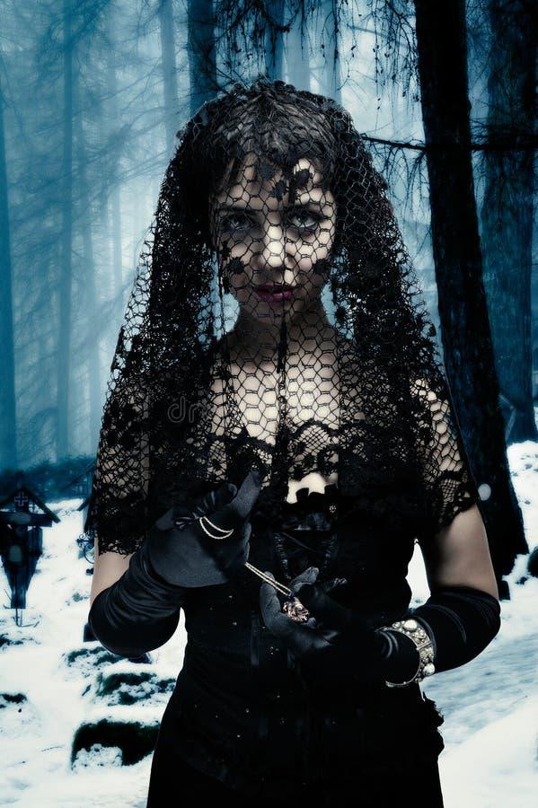 Gotische Frau im schwarzen Schleier stockbild