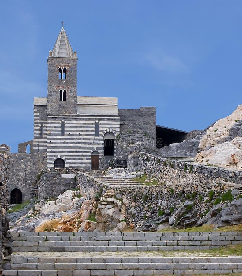 Gotische kerk in het Italiaans kustdorp stock afbeeldingen