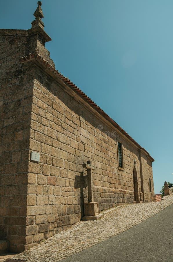 Gotische Kirche mit Steinwand und Kreuz bei Monsanto stockbilder