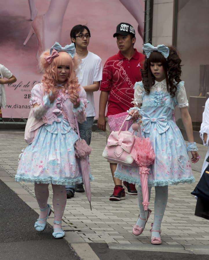 Gotische lolitas die in de straat lopen royalty-vrije stock afbeelding