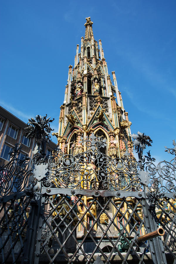 Gotische Mooie fontein (Schoner brunnen) in Nuremberg royalty-vrije stock afbeeldingen
