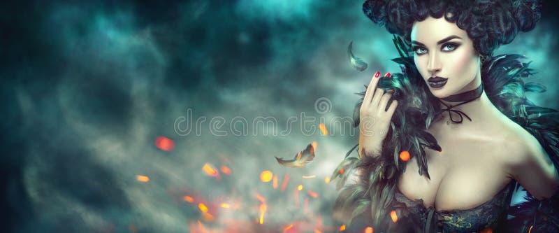 Gotische sexy junge Frau Halloween Sch?nes vorbildliches M?dchen mit Fantasiemake-up in goth Kost?m mit schwarzen Federn lizenzfreie stockfotos