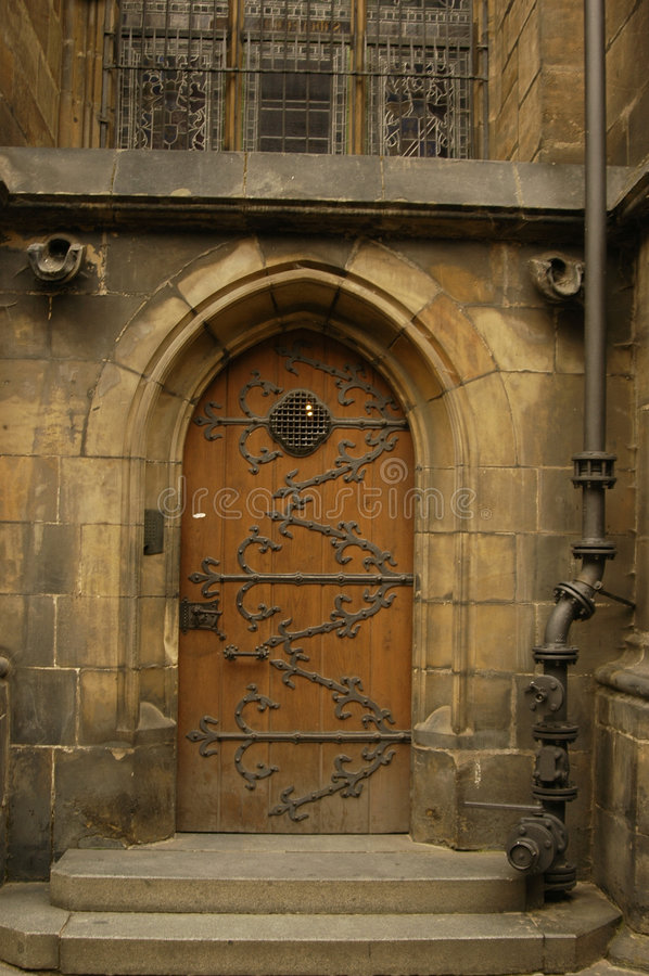 Gotische Tür lizenzfreie stockfotografie