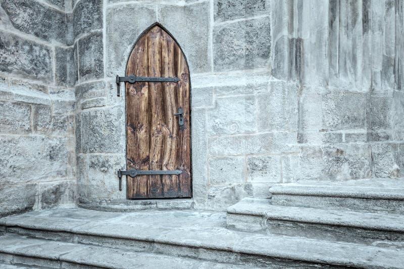 Gotische Tür in Steingebäude stockfoto