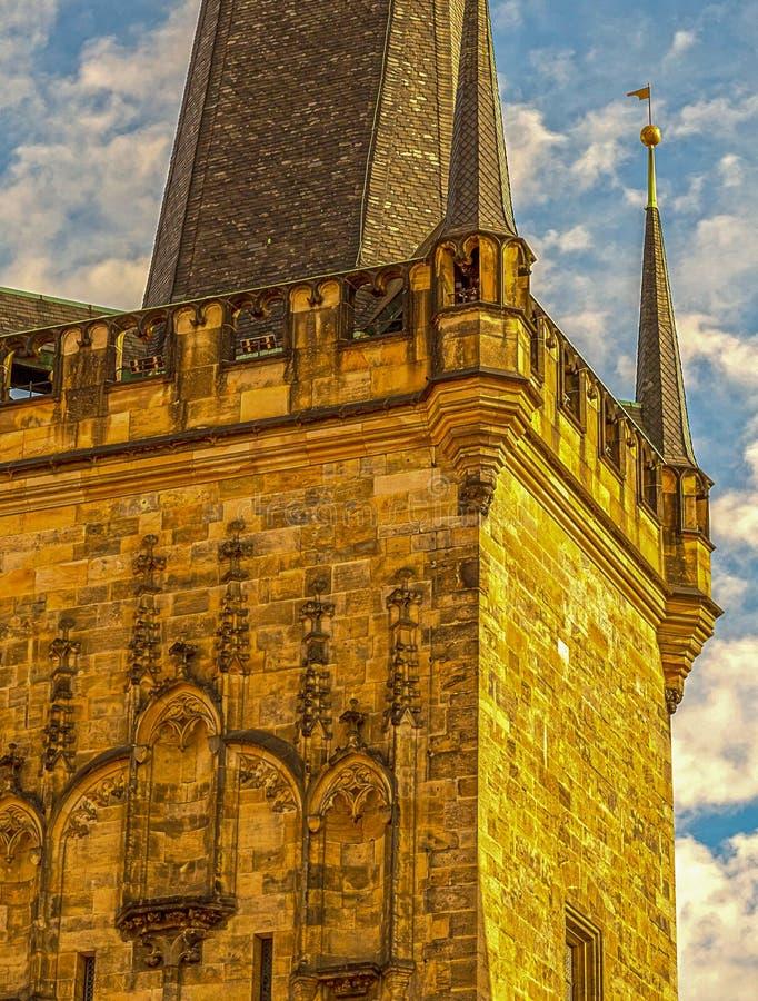 Gotischer Artaltbau Prag des Turms mit hohem braunem Steindach gegen den blauen Himmel und die Wolkenweinlesepostkarte - Prag Tsc stockfotos