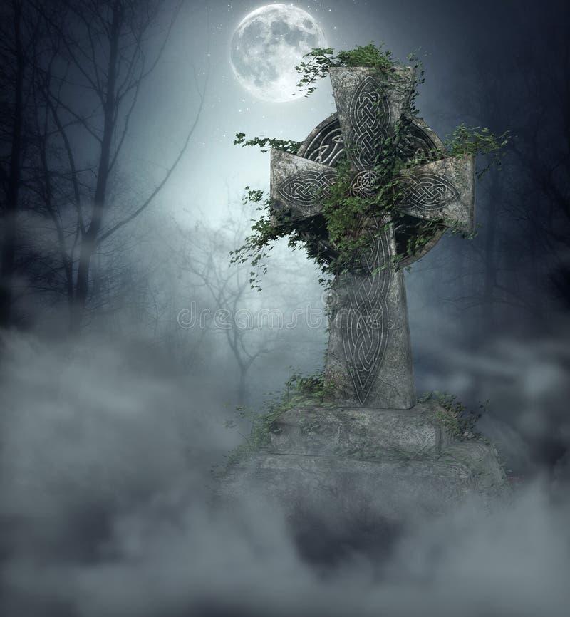 Gotischer Grabstein im Friedhof am Vollmond lizenzfreies stockbild