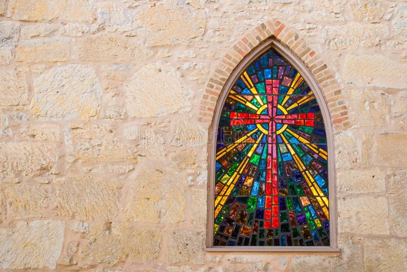 Gotisches Artkirchenfenster mit dem roten Kreuz des befleckten Glases gemacht vom Buntglas lizenzfreies stockbild