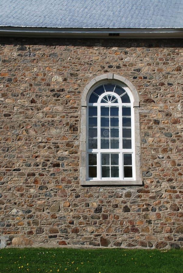 Gotisches Fenster auf Kirche im Stein lizenzfreie stockbilder