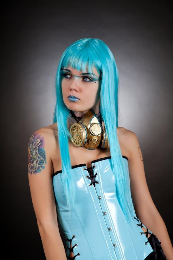 Gotisches Mädchen des Cyber mit goldener Gasmaske stockfoto