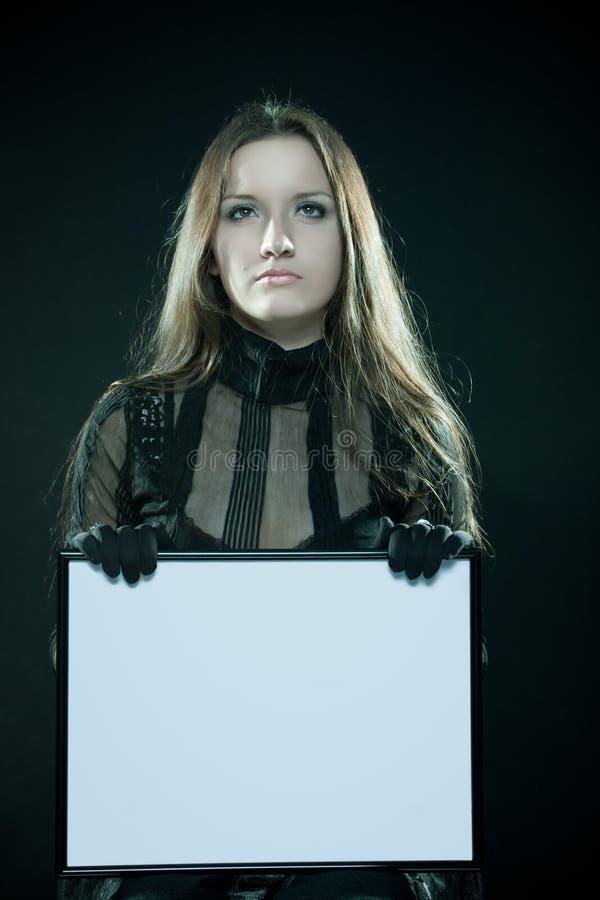 Gotisches Mädchen mit unbelegtem Feld stockfoto