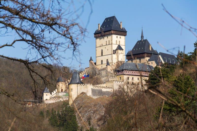 Gotisches Schloss Karlstejn, Böhmen, Tschechische Republik am sonnigen Frühlingstag lizenzfreie stockfotografie