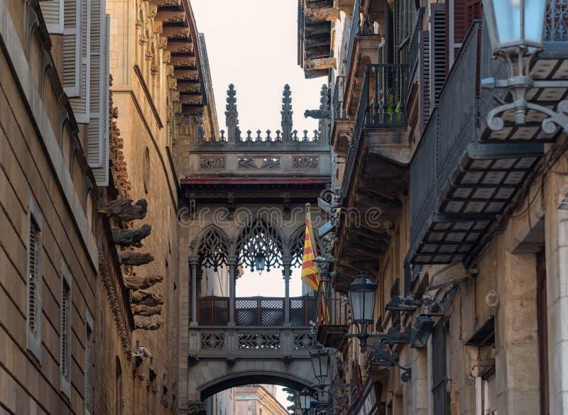 Gotisches Viertel Barcelonas, Carrer Del Bisbe Bishop Street lizenzfreie stockbilder
