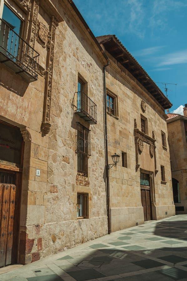 Gotisk byggnad för sten på den öde gränden på Salamanca arkivfoto