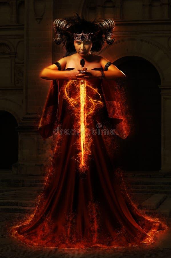 Gotisk drottning i den röda klänningen som gör magi stock illustrationer