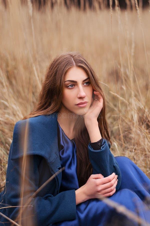 Gotisk flicka i fältet royaltyfri bild