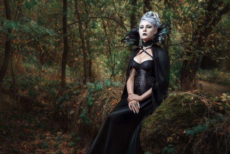 Gotisk flicka i skogen royaltyfri fotografi