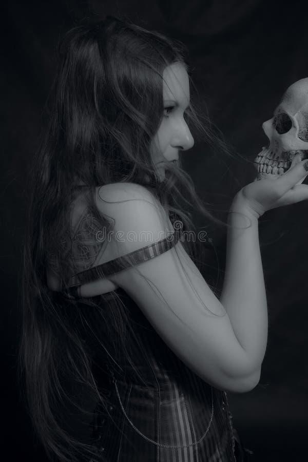 Gotisk flicka med skallen royaltyfria bilder