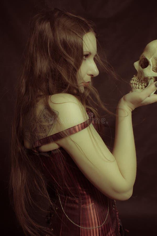 Gotisk flicka med skallen arkivfoto