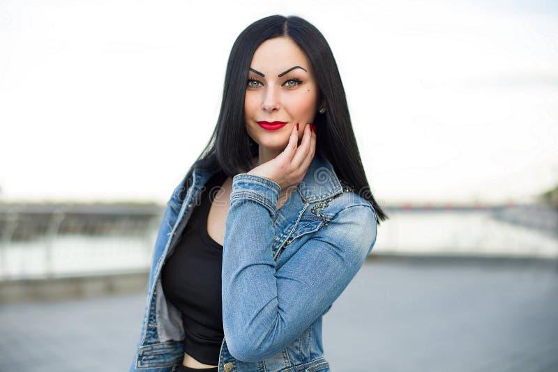 Gotisk kvinna i jeansomslaget royaltyfria bilder